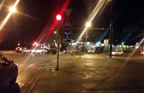 Жесткий гололед на дорогах образовался утром в Петербурге