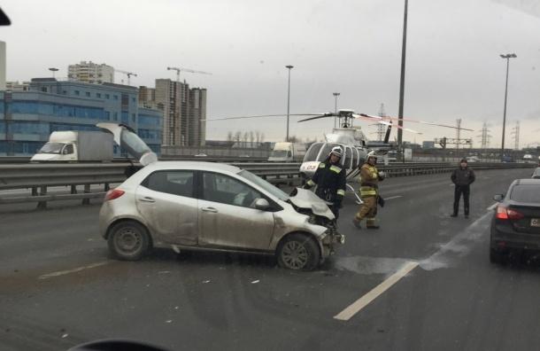 Спасатели прилетели на вертолете на КАД после ДТП из трех машин