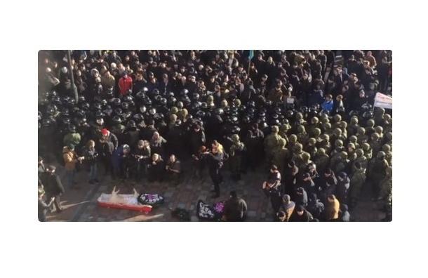 Свинью в гробу попытались пронести митингующие в здание Рады на Украине