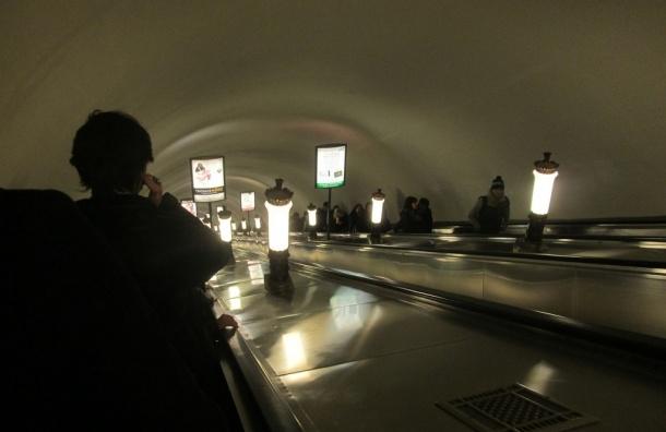 Двухлетнему пассажиру метро эскалатор зажевал пальцы рук