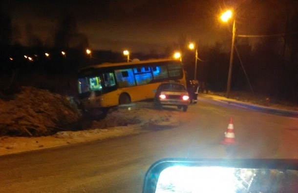 Автобус повис на обрыве в кювет по дороге в Юнтолово