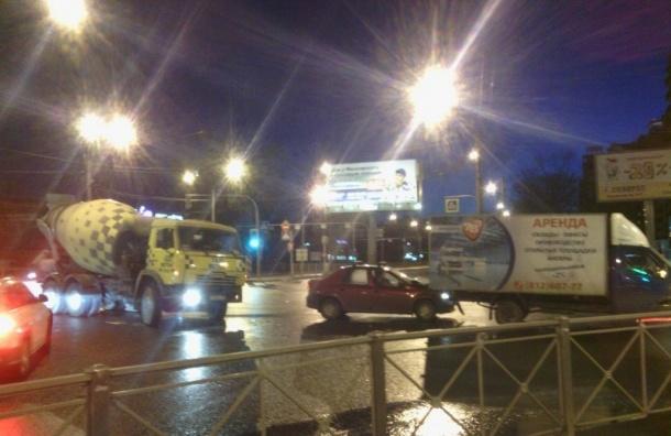 Массовая авария с грузовиком и бетономешалкой произошла на Ленинском проспекте