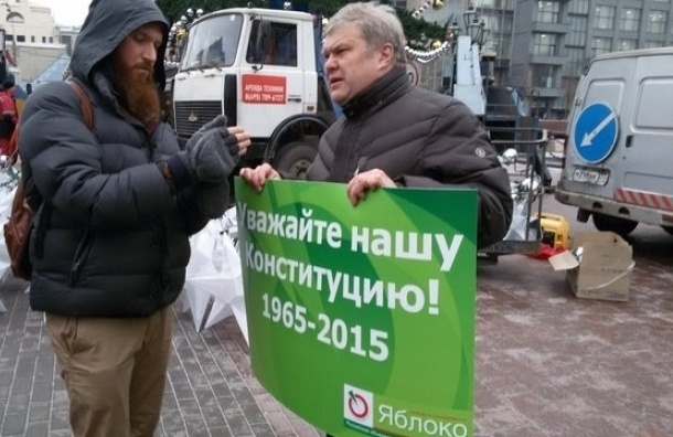 Суд оштрафовал экс-председателя «Яблока» Митрохина за неповиновение полиции