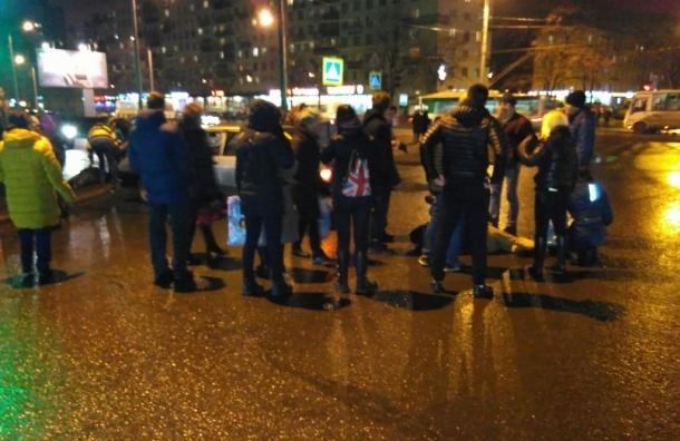 Легковушка вылетела на красный и сбила несколько человек возле проспекта Ветеранов