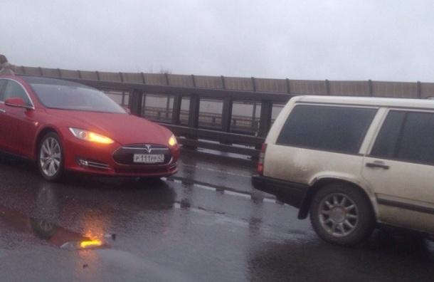 Электромобиль «Тесла» попал в массовую аварию на КАД