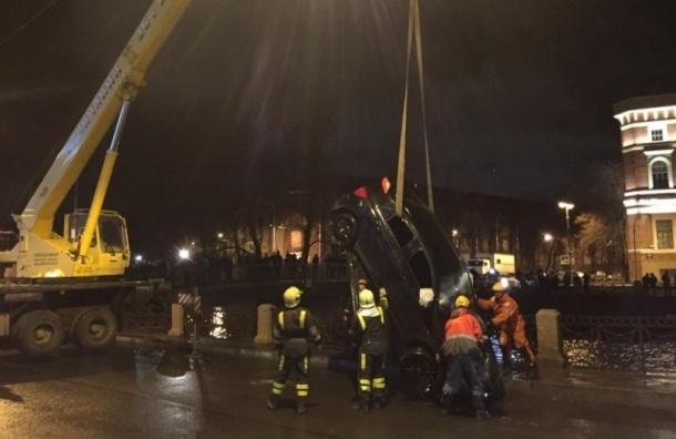 Автомобиль нырнул в Мойку в ночь на 4 декабря
