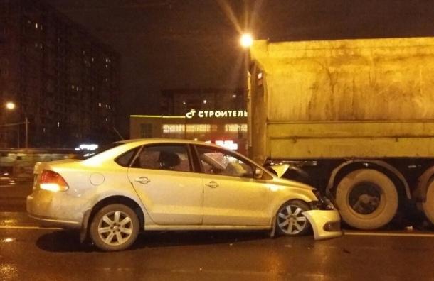 Легковушка на скорости протаранила бензовоз в Петербурге