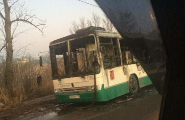 Автобус сгорел в поселке Металлострой