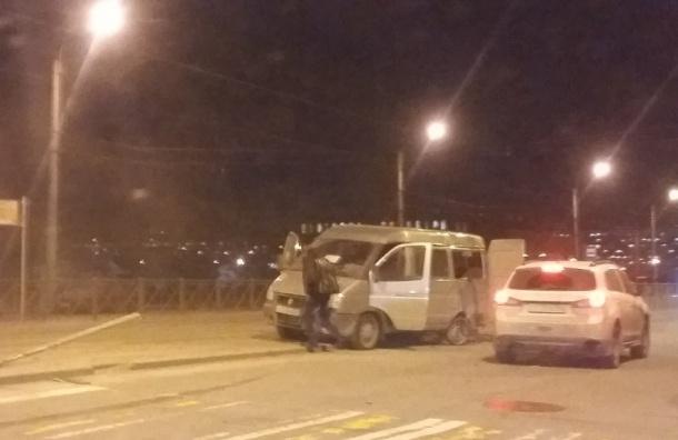 «Газель» с пассажирам развернуло после столкновения с легковушкой на Дыбенко