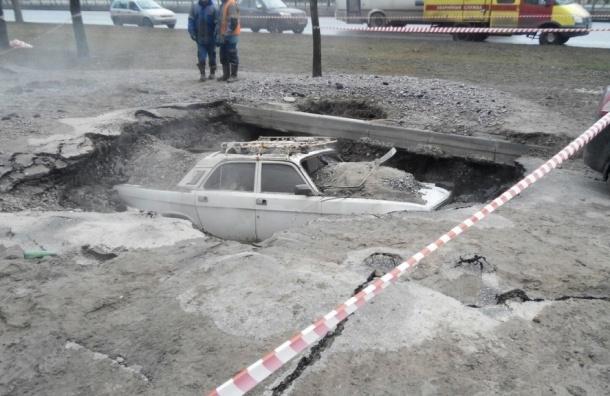 «Волга» целиком провалилась под землю на проспекте Славы после прорыва теплотрассы