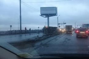 После ДТП на Индустриальном мосту перевернулась бетономешалка