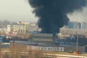 Комплекс бытовок горит на Волхонском шоссе