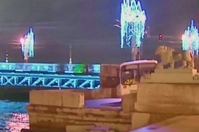 Маршрутка чуть не вылетела в Неву на Адмиралтейской набережной