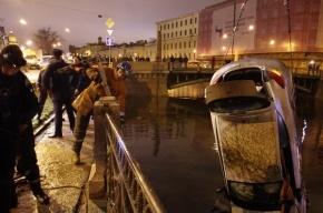 Renault вылетел с Поцелуева моста в Мойку