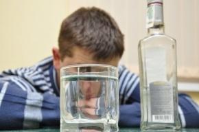Таксист умер от отравления алкоголем, а его друг пил еще три дня, думая, что приятель отдыхает