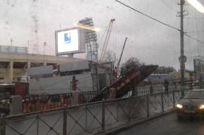 Трап дебаркадера «аква-хостела» у «Петровского» пробил набережную из-за подъема воды