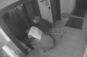 Видео момента, когда двое человек выносили труп беременной на мусорку, попало к журналистам