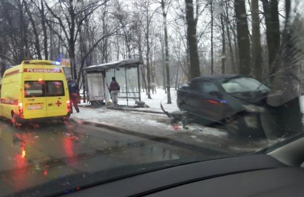Автомобиль снес остановку на Каменноостровском проспекте