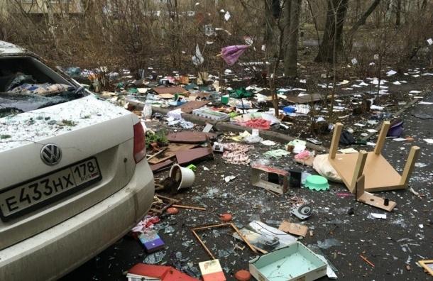 Неадекватный мужчина выбросил все свои вещи из окна квартиры на Новоизмайловском