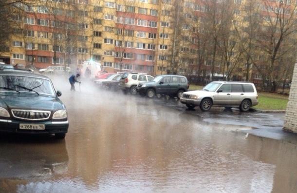 Двор у дома на Кузнецова превратился в озеро после прорыва трубы