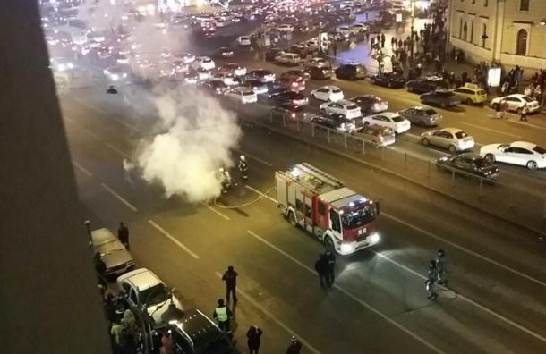 Очевидцы: Движение по Лиговскому проспекту перекрыли из-за горящей машины