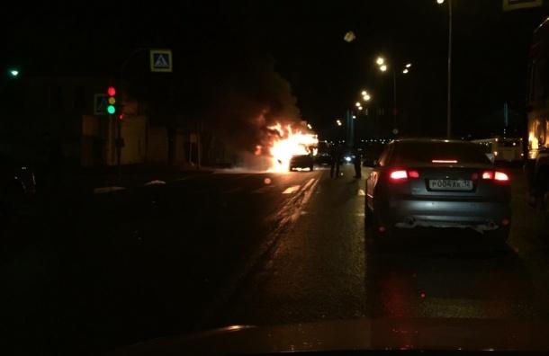 После аварии на Октябрьской набережной загорелись машины
