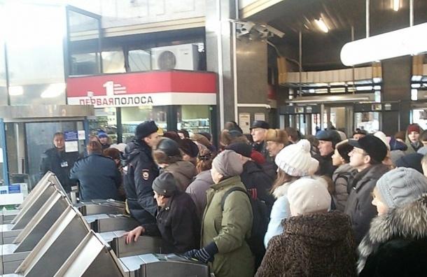 Сломанные турникеты на «Ладожской» стали причиной огромного столпотворения