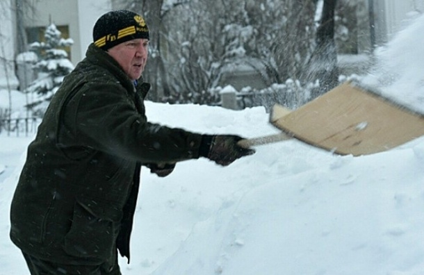 Губернатор Карелии в форме дворника разгребал снег у роддома