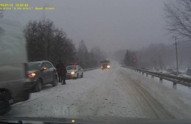 Больше 60 аварий произошло из-за снегопада в Петербурге