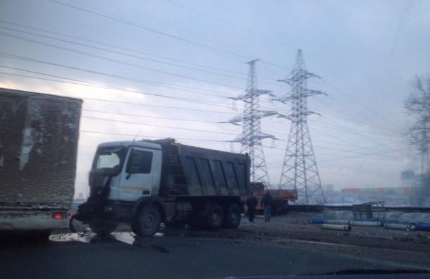 Газовоз столкнулся с самосвалом и легковушкой в Петербурге на внутреннем кольце