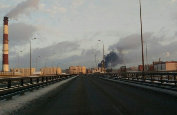 Очевидцы: Напротив метро «Купчино» горят бытовки