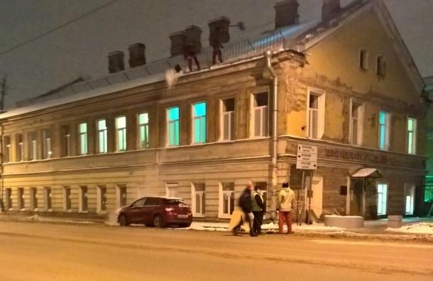 Уборщики снега засыпали машину снегом на 2-ой Советской