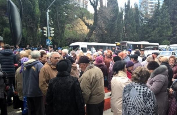 Пенсионеры перекрыли центральную улицу Сочи из-за отмены проездных