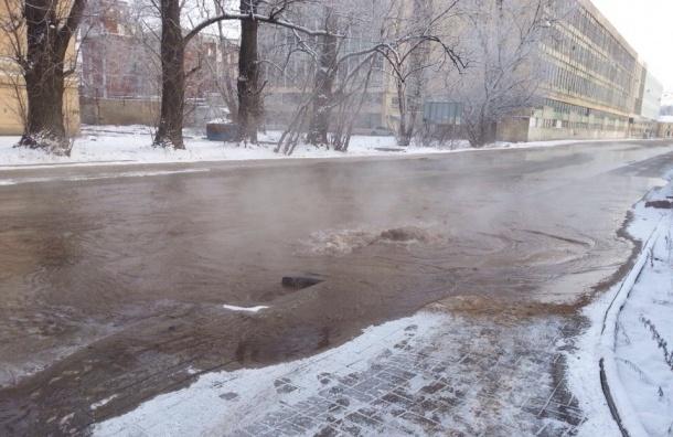 Улица Калинина оказалась в воде из-за прорыва трубы