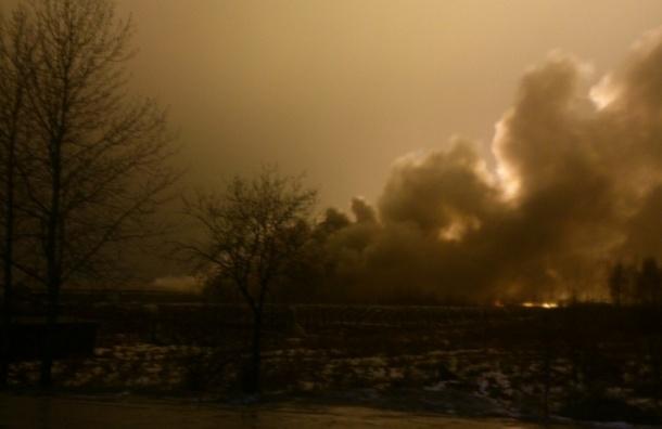 Сильнейший пожар произошел в складском помещении в поселке Колтуши