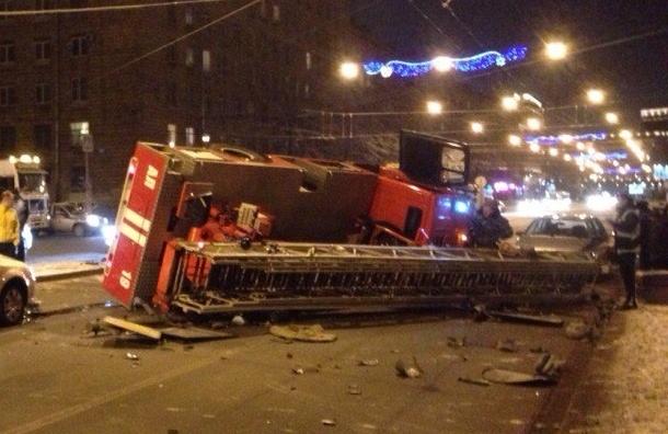 Пожарная машина перевернулась на проспекте Стачек