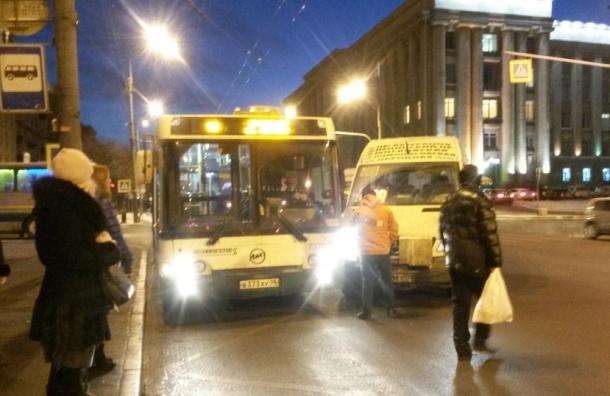 Маршрутка и автобус столкнулись на Типанова