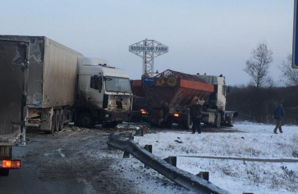Фуру «сложило» в аварии на Мурманском шоссе