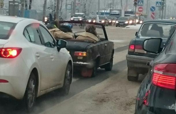 Самодельный кабриолет с пассажирами проехал по улицам Петербурга