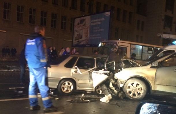 Люди пытаются вытащить пассажиров раскуроченной машины на Кантемировской