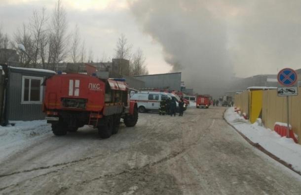 Крупный пожар охватил складское здание на Менделеевской улице