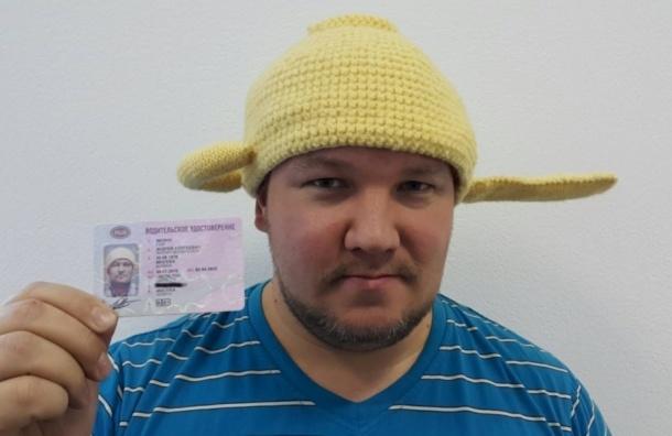 Житель Москвы добился размещения на правах своего фото в шапке-дуршлаге