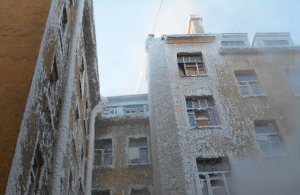 Жилой дом на Васильевском острове превратился в ледяное царство после недели без отопления