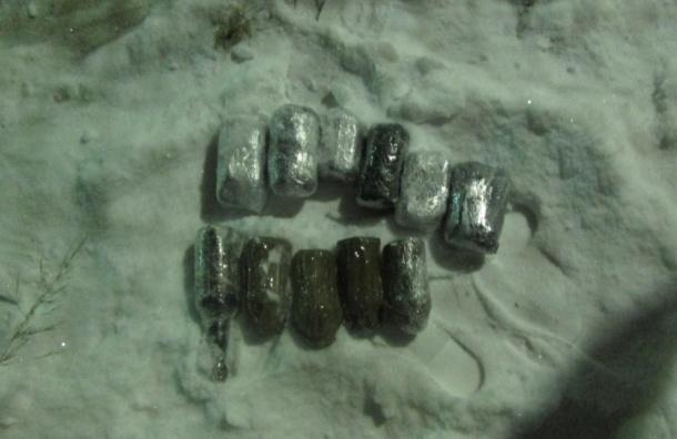 Бутылки с «бодягой» и 30 мобильников пытались ночью перебросить в Обуховскую колонию