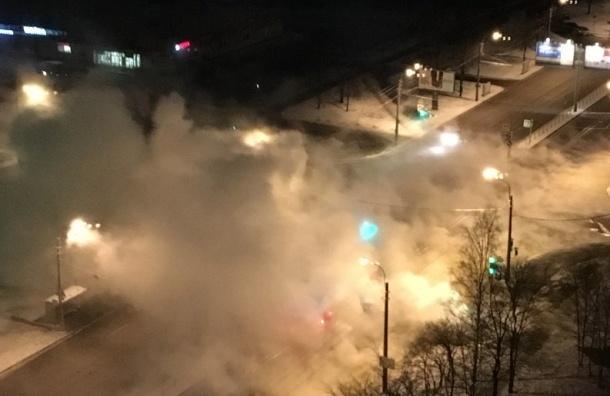 Трубу с горячей водой прорвало на Большевиков