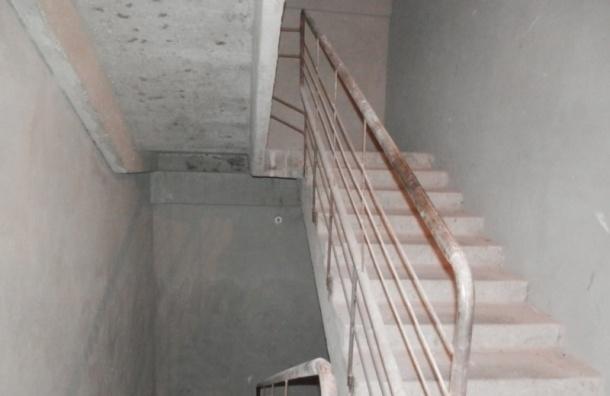 Лестничный пролет обвалился в одном из домов на Сикейроса