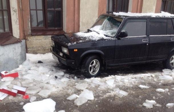 Лед падает и ничего не жалеет: петербуржцы предупреждают о сосульках