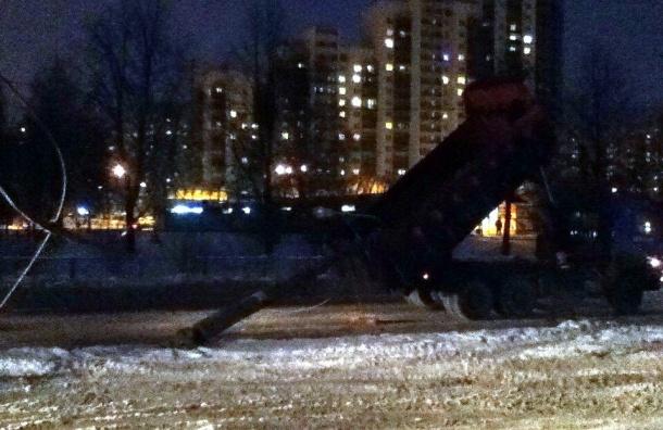 Фонарный столб рухнул на «КамАЗ» на Стачек