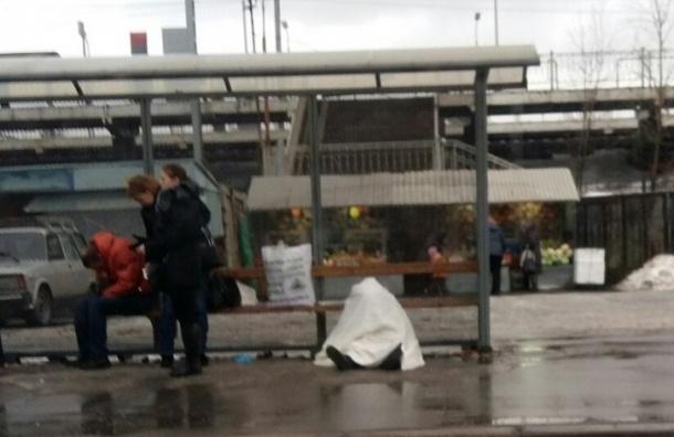 Пассажиры, не обращая внимания на умершего, ждут автобус на «Сортировочной»