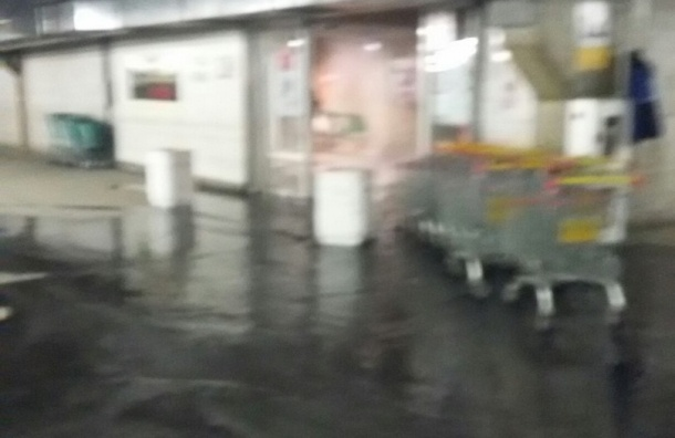 Подземную парковку «Окея» затопило из-за аварии на Заневском
